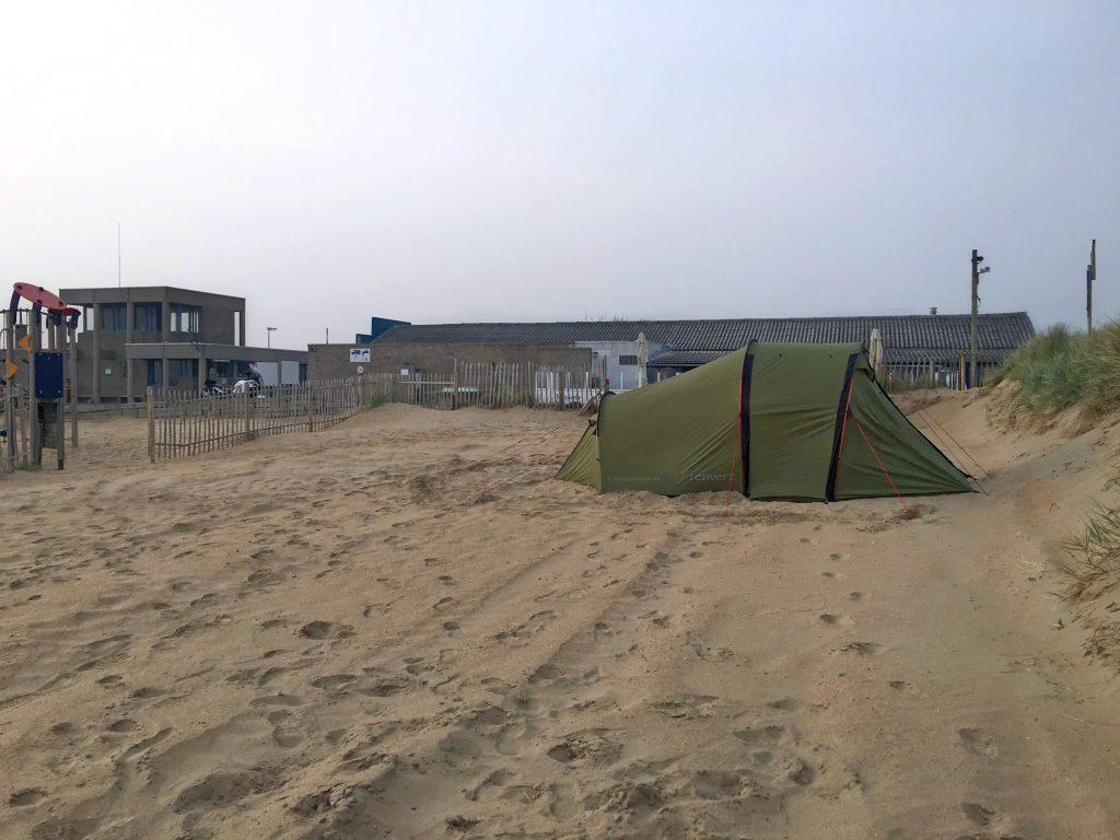 Zeltaufbau im Sand | ktmadventure.de